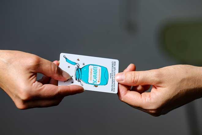 mains-tenants- carte-sociétaire-Scarabée-Biocoop