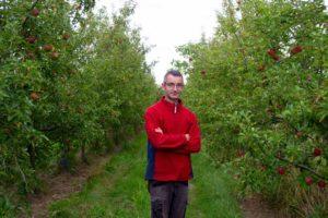 Hervé Delestre arboriculteur bio dans son verger